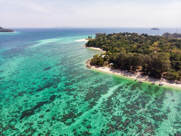 Vista della barriera corallina in mare color smeraldo all'isola di lipe