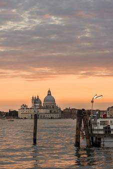 Vista della basilica di santa maria della salute nel tramonto, venezia, italia