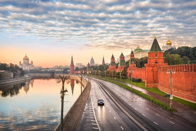 Vista della cattedrale di cristo salvatore, il fiume mosca e le torri del cremlino di mosca