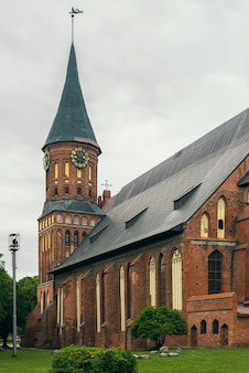 Vista della cattedrale di konigsberg in stile gotico in mattoni a kaliningrad. russia, kaliningrad, 27-05-2019.