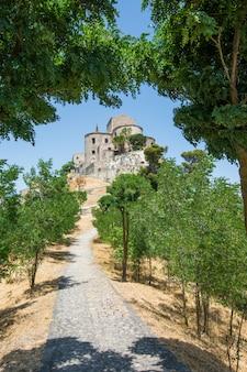 Vista della chiesa di s. maria di loreto a petralia soprana, palermo, sicilia, italia.