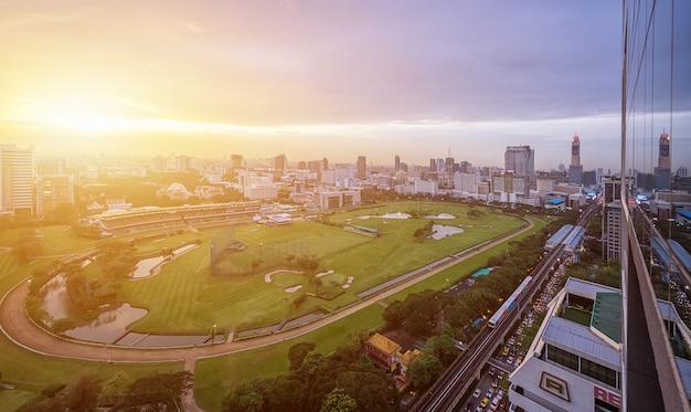 Vista della città del campo stadio verde di horserunner nel bangkok sports club.