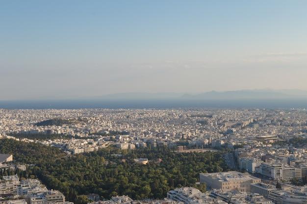 Vista della città di atene con il monte licabetto, grecia