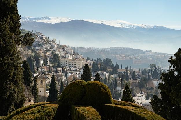 Vista della città di granada e sierra nevada