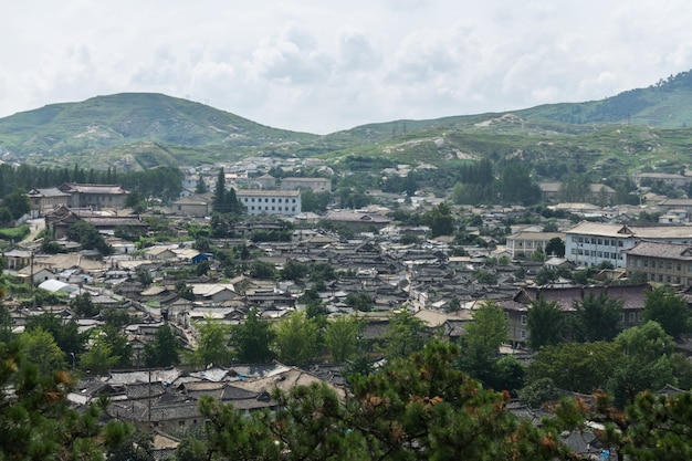 Vista della città di kaesong, corea del nord