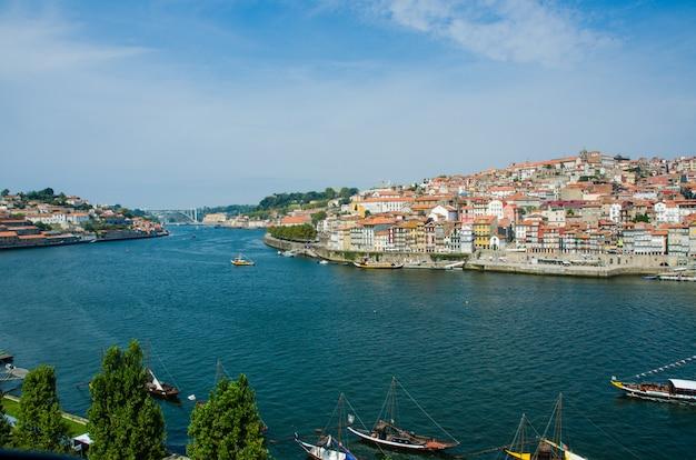 Vista della città di porto in giornata estiva