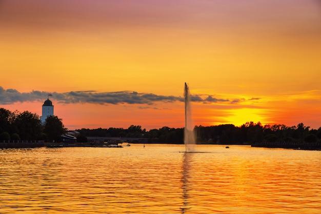 Vista della città di vyborg al tramonto