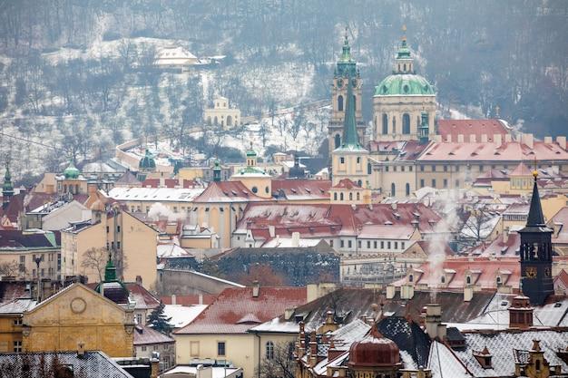 Vista della città vecchia di praga nel giorno nebbioso nevoso in inverno, repubblica ceca