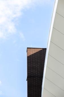 Vista della costruzione marrone mattone