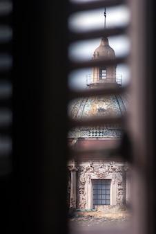 Vista della cupola di carmine maggiore dalla finestra a palermo, sicilia