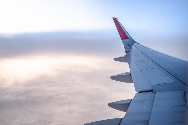 Vista della finestra dell'aeroplano con l'ala ad alba.