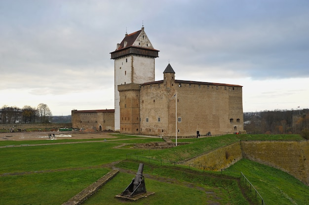 Vista della lunga torre di herman nella fortezza di narva