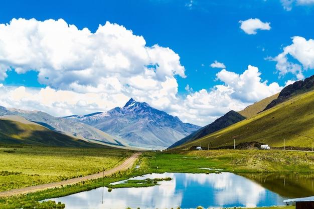 Vista della montagna e della riflessione nel lago vicino a cusco, perù.
