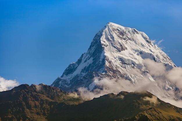 Vista della montagna innevata dalla collina di poon al mattino.