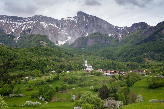 Vista della montagna krn in slovenia