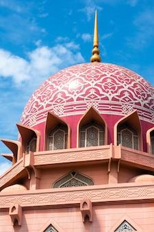Vista della moschea di putra (masjid putra) a putrajaya, in malesia