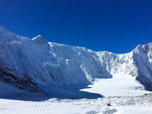 Vista della parete del monte belukha