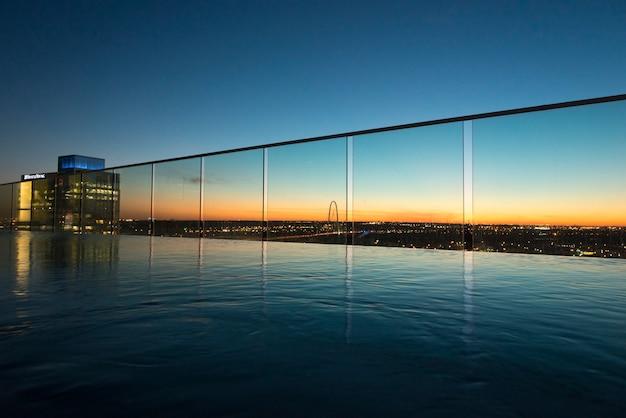 Vista della piscina a sfioro al crepuscolo, victory park, dallas, texas, usa