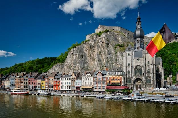 Vista della pittoresca città di dinant. belgio