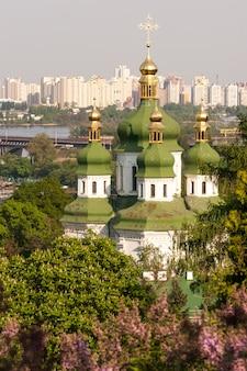 Vista della primavera del monastero di vydubychi e del fiume dnipro con il fiore lilla in giardino botanico a kyiv, ucraina