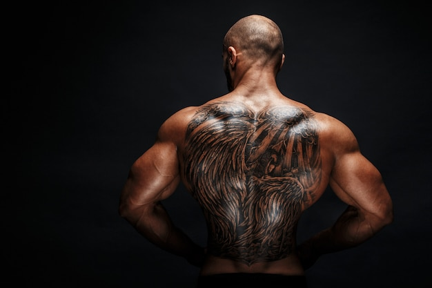 Vista della schiena dell'uomo tatuato