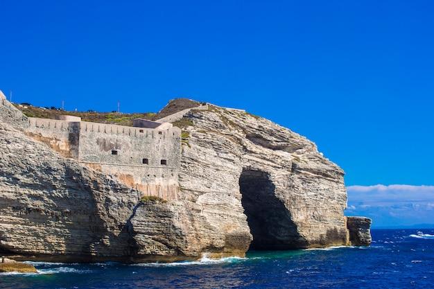 Vista della scogliera di bonifacio, corsica, francia