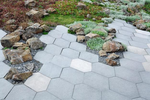 Vista della slitta alpina e piastrelle pavimentazione foderata con motivi geometrici.