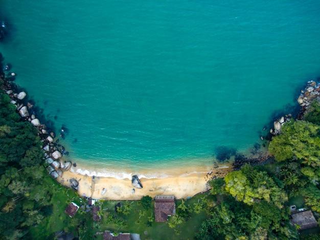 Vista della spiaggia, del mare e della foresta il giorno nuvoloso a prainha, una spiaggia tropicale vicino a paraty