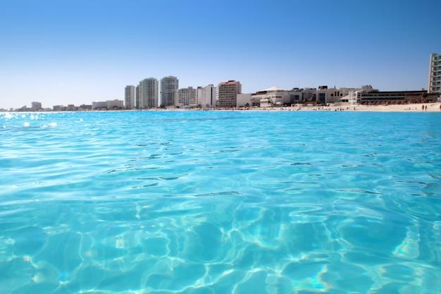 Vista della spiaggia di cancun dai caraibi turchesi