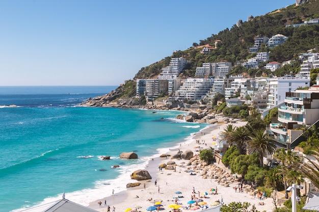 Vista della spiaggia di clifton e costruzioni della linea costiera a cape town, sudafrica