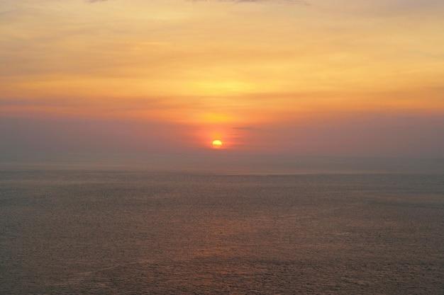 Vista della spiaggia di sabbia e dell'onda di acqua di mare nella sera, isola di koh chang