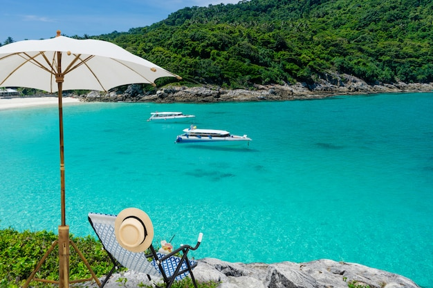 Vista della spiaggia tropicale dell'isola con acqua libera, coral island, koh hey, phuket, tailandia