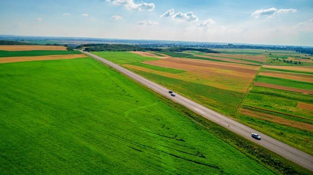 Vista della strada e del campo del paesaggio da sopra