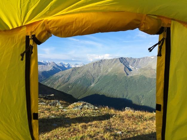 Vista della tenda al paesaggio della cresta delle montagne. guardando fuori dalla tenda. russia, siberia
