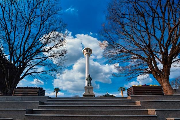 Vista della torre di busan durante una bella giornata a busan