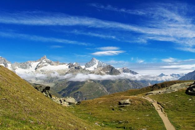 Vista della traccia di escursione in alpi svizzere, area delle montagne di zermatt vicino al picco del cervino di estate, svizzera