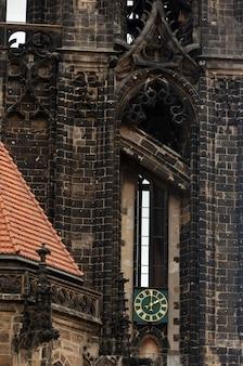 Vista della vecchia chiesa cattolica a meissen, in germania