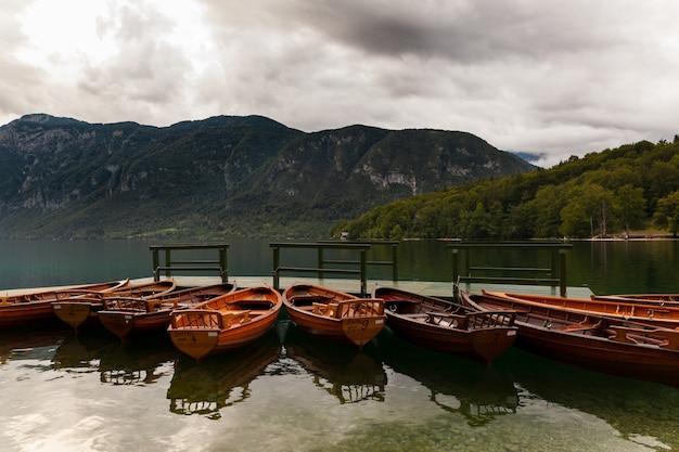 Vista delle barche di legno, bohinj
