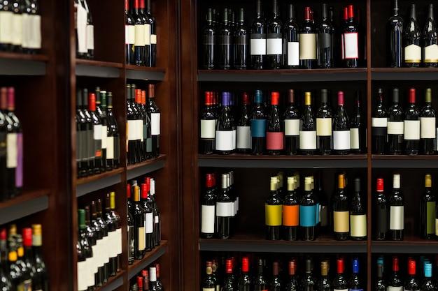 Vista delle bottiglie di vino in fila