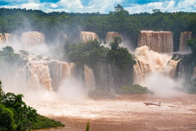 Vista delle cascate di iguazu sul lato del brasile