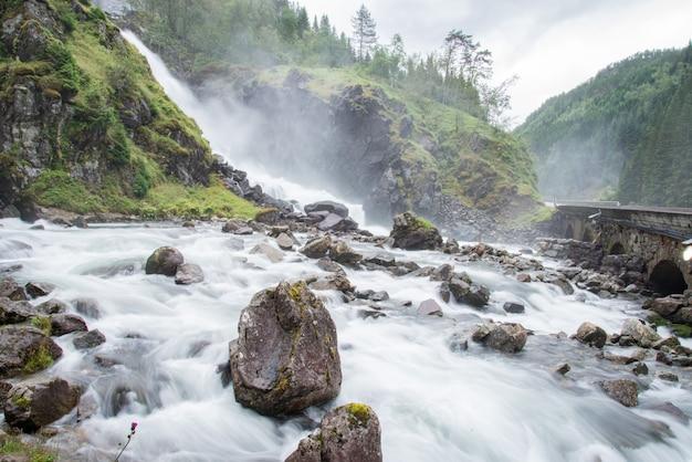Vista delle cascate di latefossen, odda, norvegia