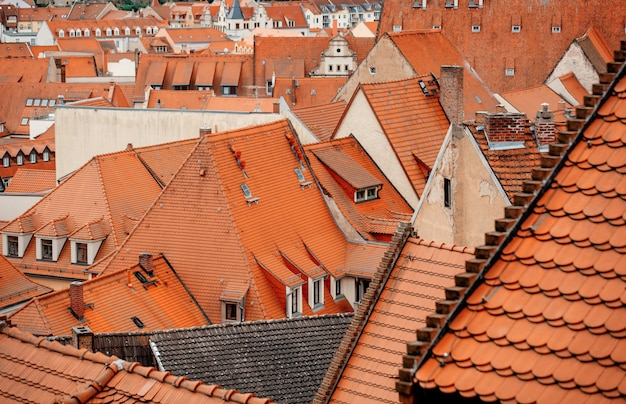 Vista delle case di mattonelle della città vecchia, europa