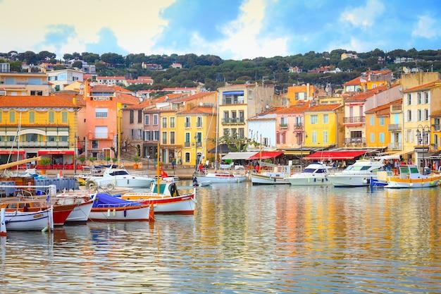 Vista delle costruzioni e delle barche variopinte nel piccolo villaggio a port-cassis, francia