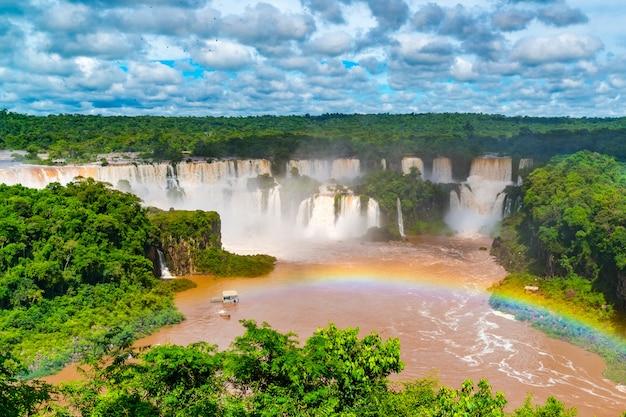 Vista delle famose cascate di iguazu nel parco nazionale argentino di iguazu