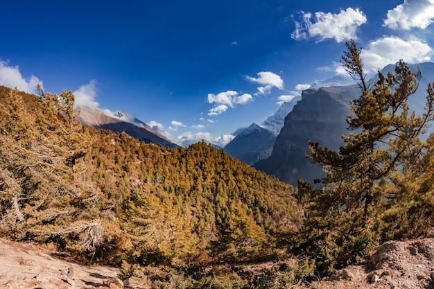 Vista delle maestose montagne autunnali del nepal da trekking intorno all'annapurna