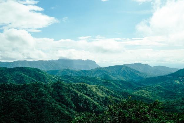 Vista delle montagne alla provincia di phetchabun del distretto di khao kho, tailandia del nord.