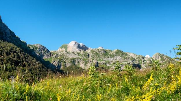 Vista delle montagne dei pirenei con cielo blu