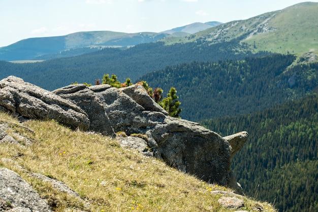 Vista delle montagne di bucegi, romania