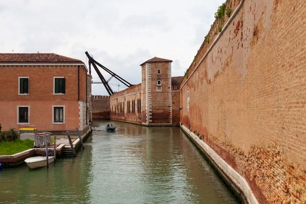 Vista delle mura dell'arsenale a venezia