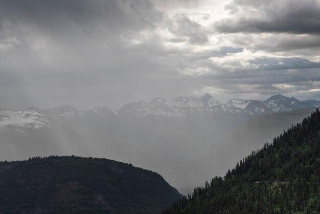 Vista delle nuvole sulla catena montuosa, archi tripli, going-to-the-sun road, glacier national park, gla